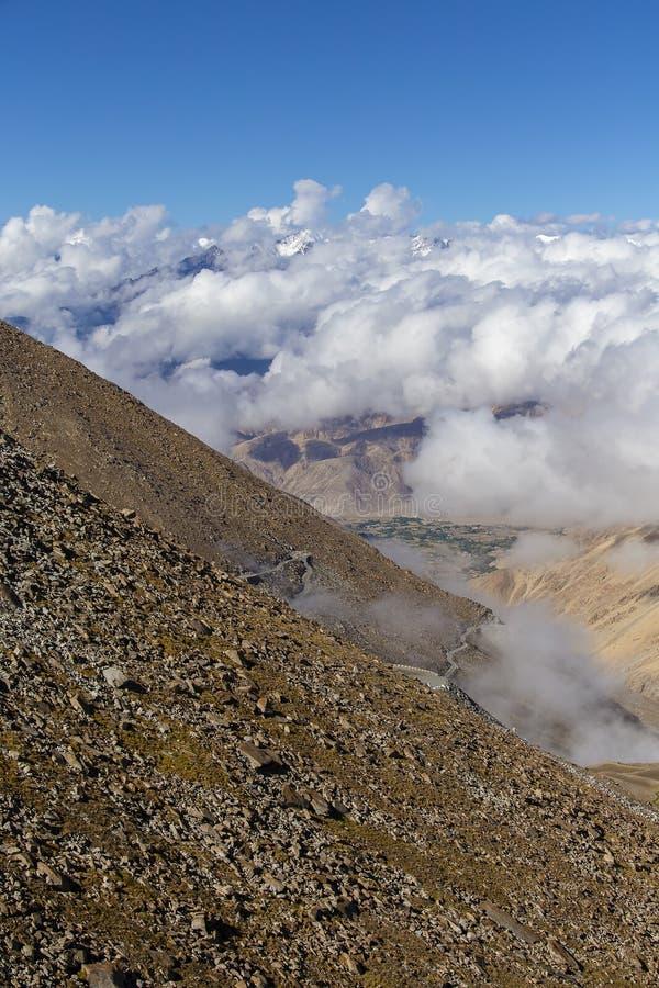 Luchtlandschap van Leh, Ladakh, toneelmening van de wegen aan de kant van bergen en duidelijke blauwe hemel met witte wolken in L stock afbeelding