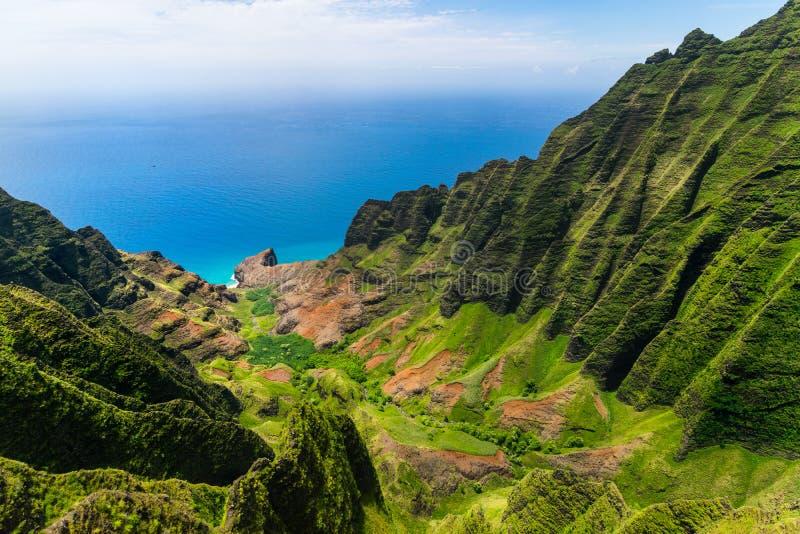 Luchtlandschapsmening van klippen en groene vallei, Kauai royalty-vrije stock foto