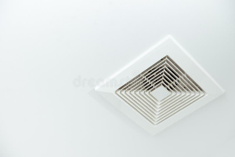 Luchtleiding met stof in de badkamers stock afbeeldingen
