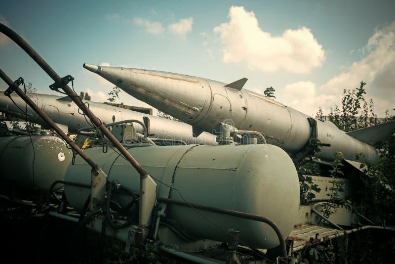 Luchtmacht, vliegtuigen, geschiedenis, vooruitgang, ontwikkeling De geweven lanceerinrichting van de grunge oude raket, blauwe he royalty-vrije stock foto's