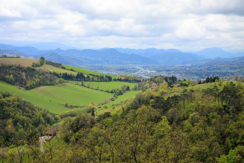 Luchtmening aan de groene heuvels, het bos en de stad nabijgelegen Bologna t royalty-vrije stock afbeeldingen