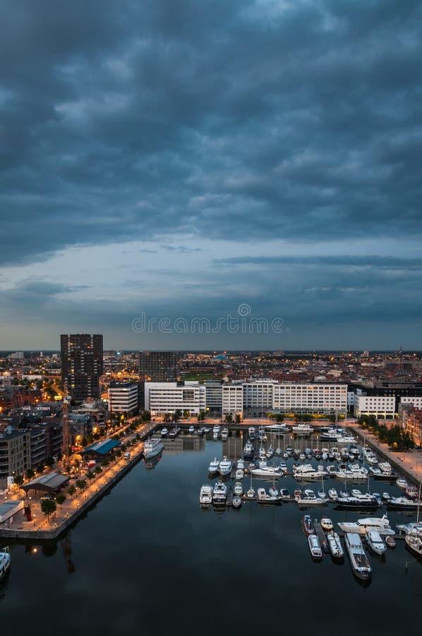 Luchtmening aan de haven van Antwerpen van het dak stock afbeelding