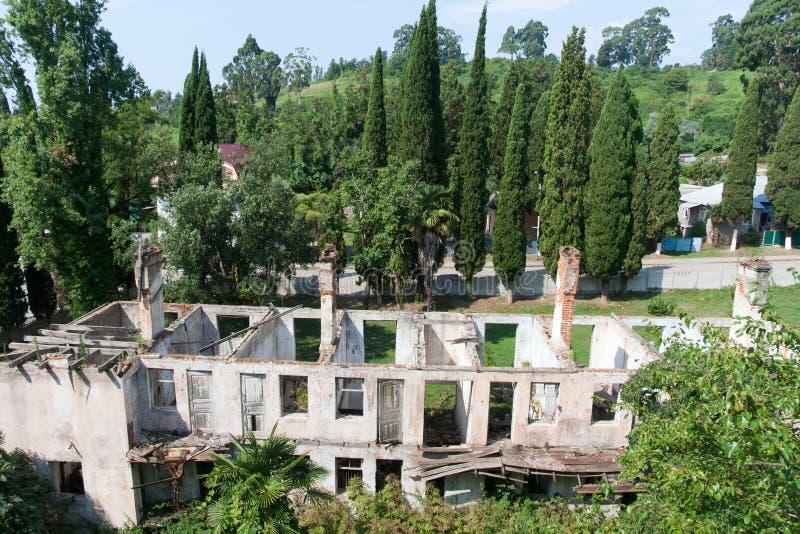 Luchtmening aan geruïneerd verlaten herbergenkampeerterrein in Nieuwe Athos, Abchazië stock afbeelding