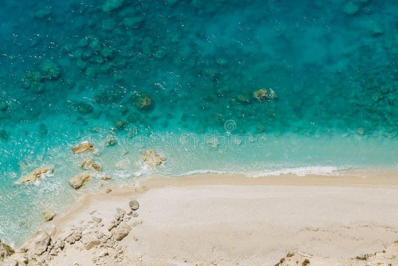 Luchtmening aan het zandige wilde strand met rotsachtige baai royalty-vrije stock afbeeldingen