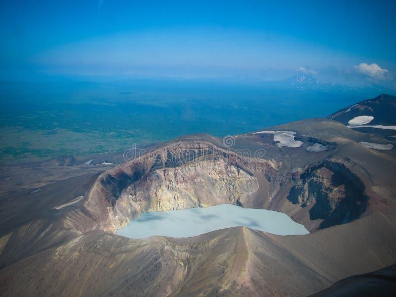 Luchtmening aan Maly Semyachik-vulkaan, het schiereiland van Kamchatka, Rusland stock foto