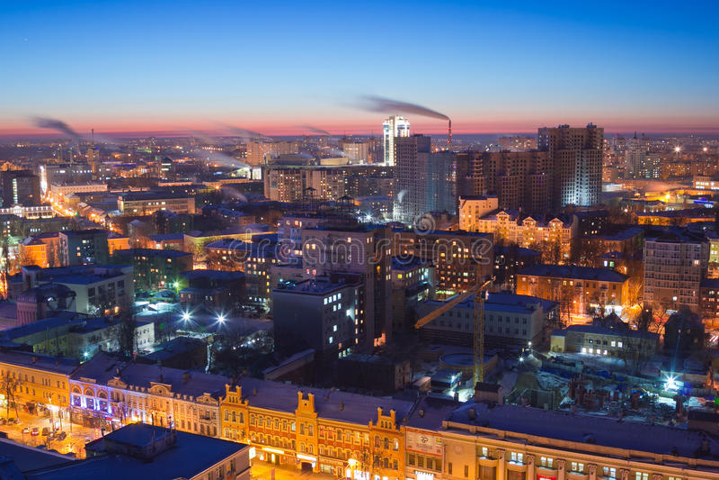 Luchtmening aan nacht Voronezh de stad in Moderne en historische gebouwen stock afbeelding