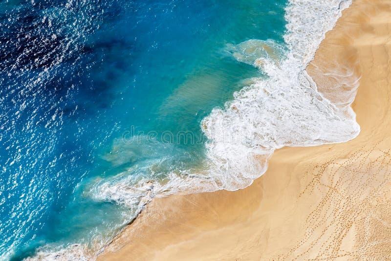 Luchtmening aan tropisch zandig strand en blauwe oceaan stock fotografie