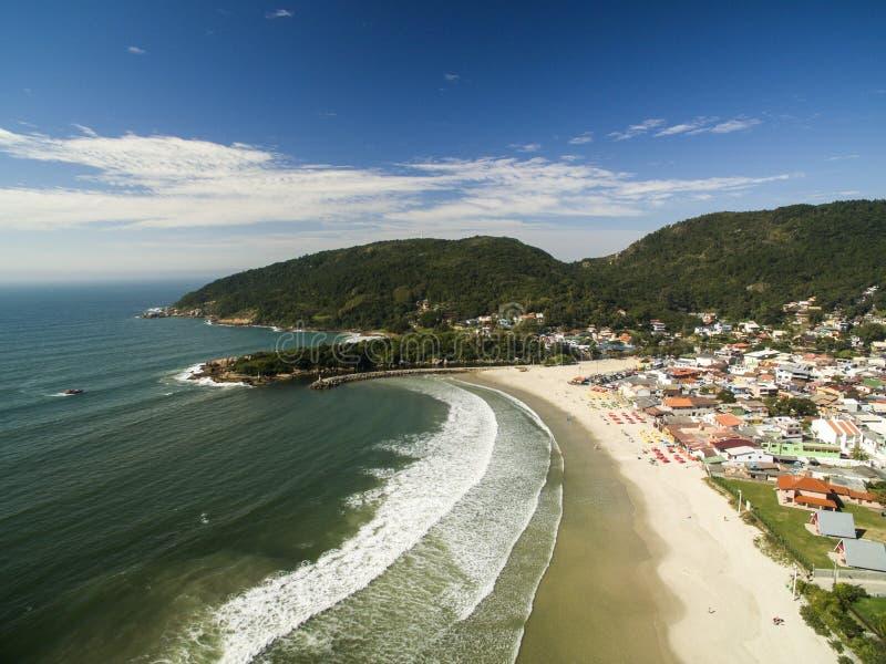 Luchtmening Barra da Lagoa Beach in Florianopolis, Brazilië Juli, stock foto's
