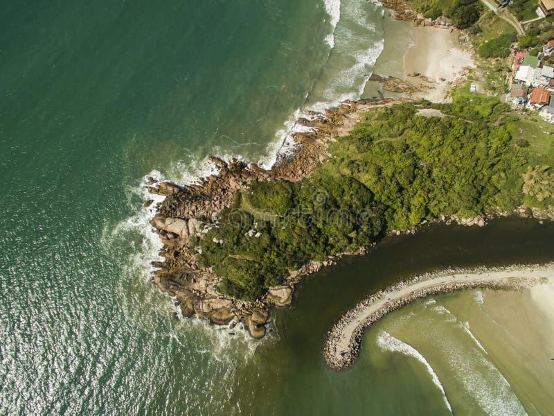 Luchtmening Barra da Lagoa Beach in Florianopolis, Brazilië Juli, stock foto