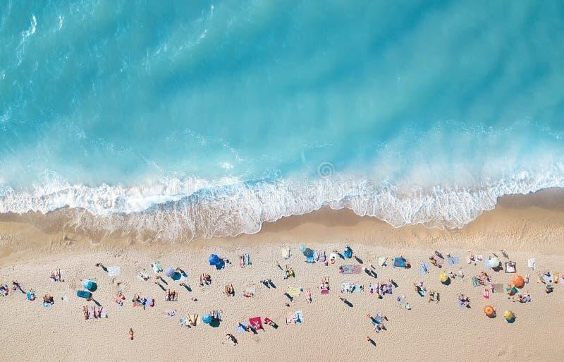 Luchtmening bij het strand Turkooise waterachtergrond van hoogste mening De zomerzeegezicht van lucht royalty-vrije stock fotografie