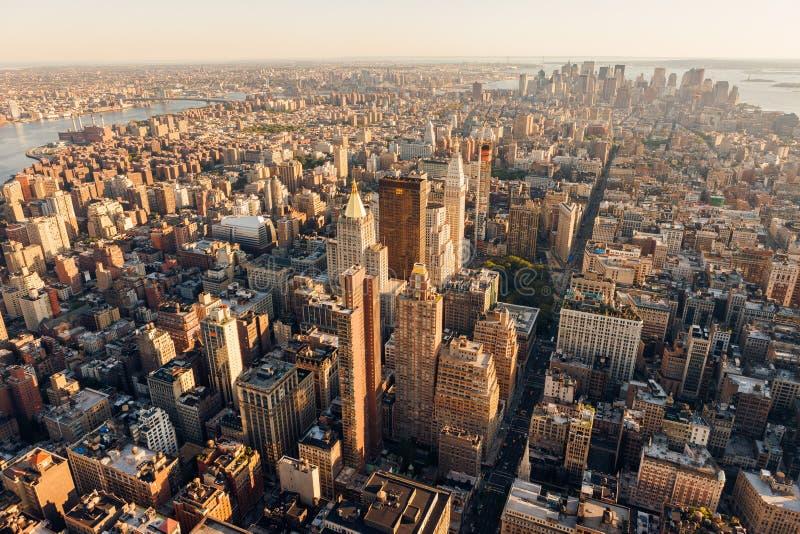 Luchtmening bij zonsondergang van Manhattan met inbegrip van Uit het stadscentrum, Strijkijzerdistrict, Chelsea, East Village en  stock afbeelding