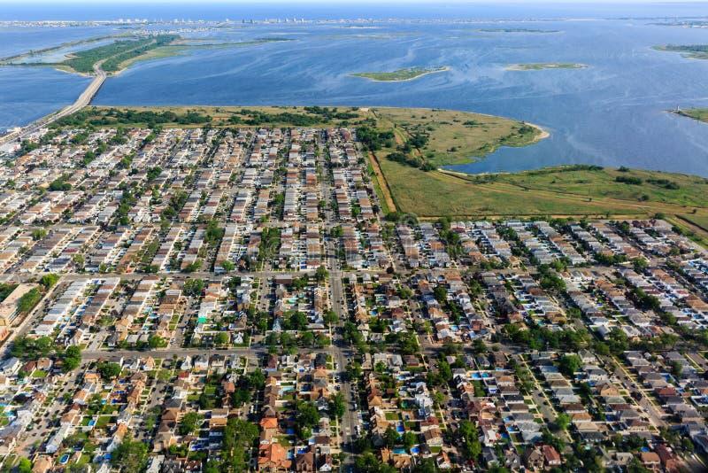 Luchtmening bij zonsopgang van huisvesting in de voorsteden op eind van Long Island royalty-vrije stock foto