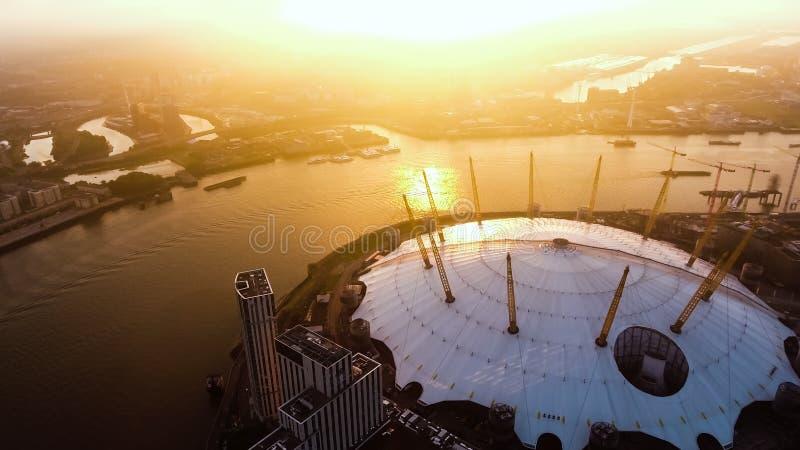 Luchtmening boven de Arena van O2 van Londen door de Rivier Theems stock foto's