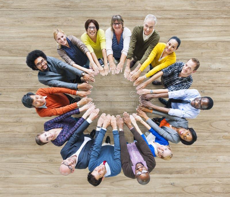 Luchtmening die van Multi-etnische Mensen Cirkel van Handen vormen stock afbeeldingen