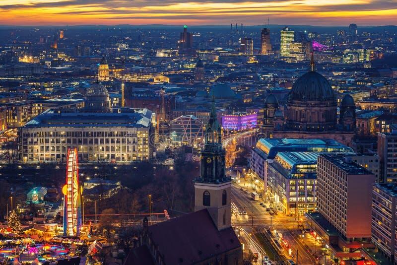 Luchtmening over Berlijn bij nacht royalty-vrije stock foto