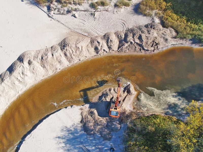 Luchtmening over bruine rivier die in niet geregeld zandkanaal stromen royalty-vrije stock afbeeldingen