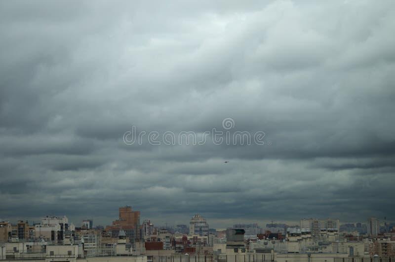 Luchtmening over daken en vensters van woonhigh-rises van de grote stad onder een grijze bewolkte hemel stock afbeeldingen