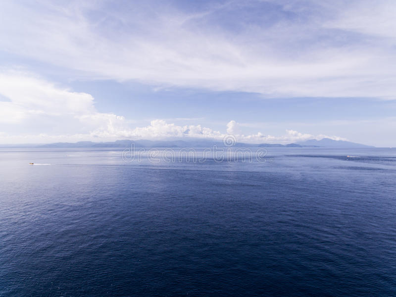 Luchtmening over de oceaan en de rotsen royalty-vrije stock foto's