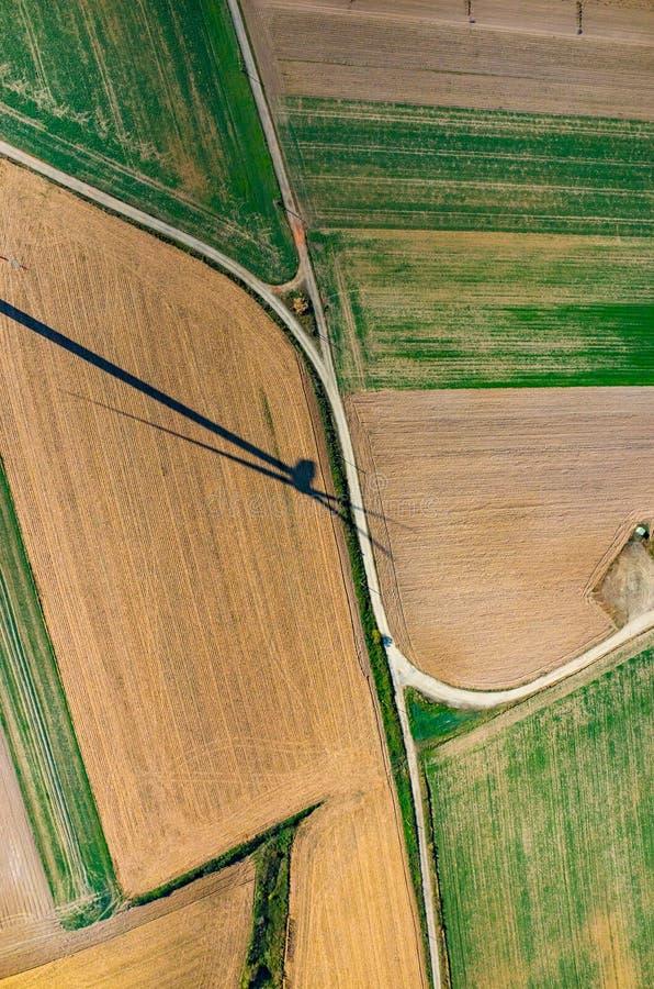 Luchtmening over de schaduw van de windmolen royalty-vrije stock foto's