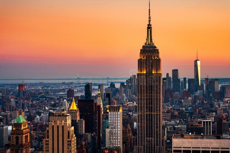 Luchtmening over de stadshorizon in de Stad van New York, de V.S. bij zonsondergang stock foto's