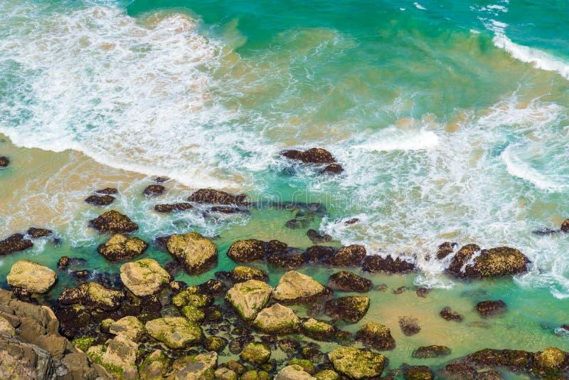 Luchtmening over groene turkooise watergolven in Byron Bay, Australië royalty-vrije stock foto