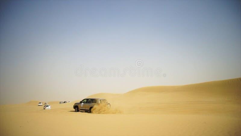 Luchtmening over Off-road avontuur met SUV in Arabische Woestijn bij zonsondergang met de horizon of cityscape van Doubai Woestij royalty-vrije stock fotografie