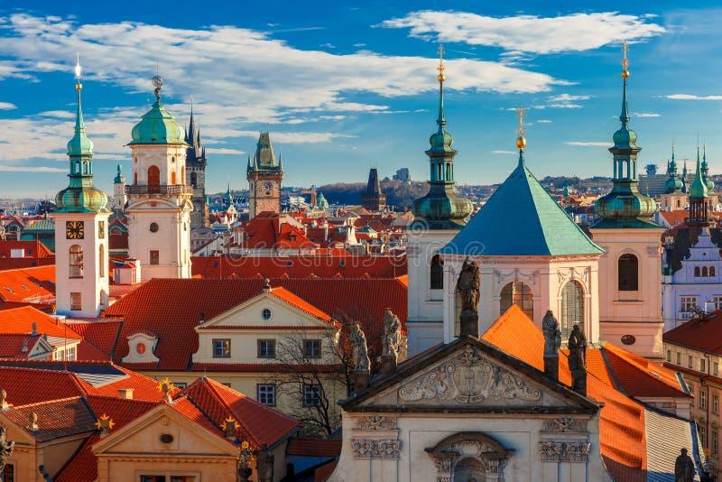Luchtmening over Oude Stad in Praag, Tsjechische Republiek stock foto's