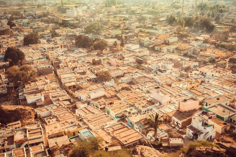 Luchtmening over stad Badami met steenhuizen en smalle straat in staat Karnataka Cityscape van India stock foto