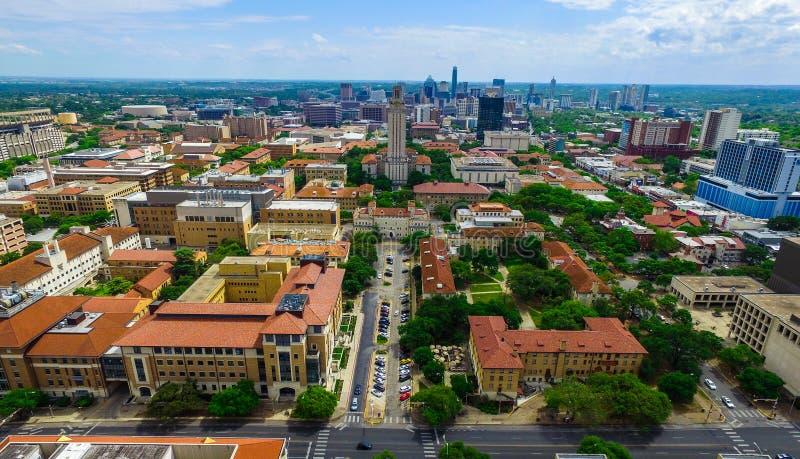 Luchtmening over UT-Toren en Austin Texas Skyline Cityscape in een aardige de Zomerdag stock fotografie