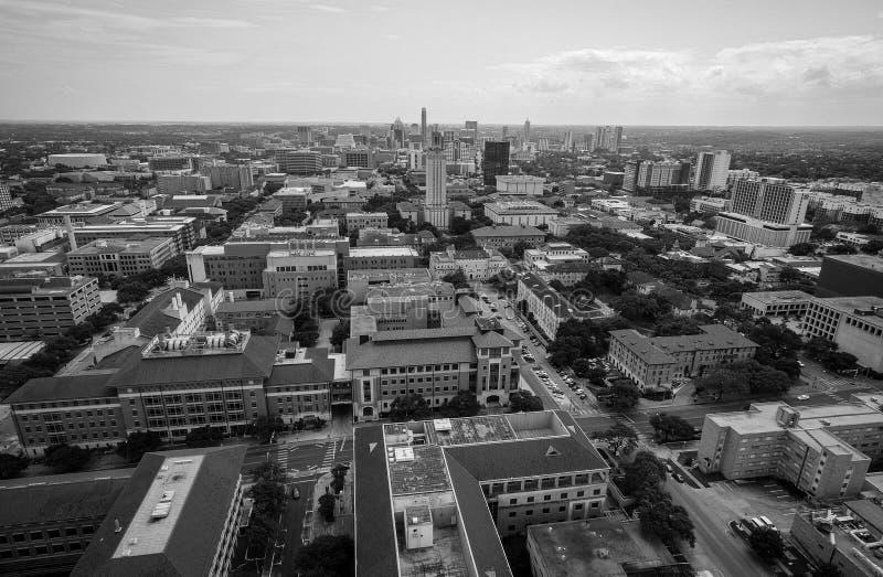 Luchtmening over UT-Toren en Austin Texas Skyline Cityscape in een aardige zwart-witte de Zomerdag stock afbeeldingen