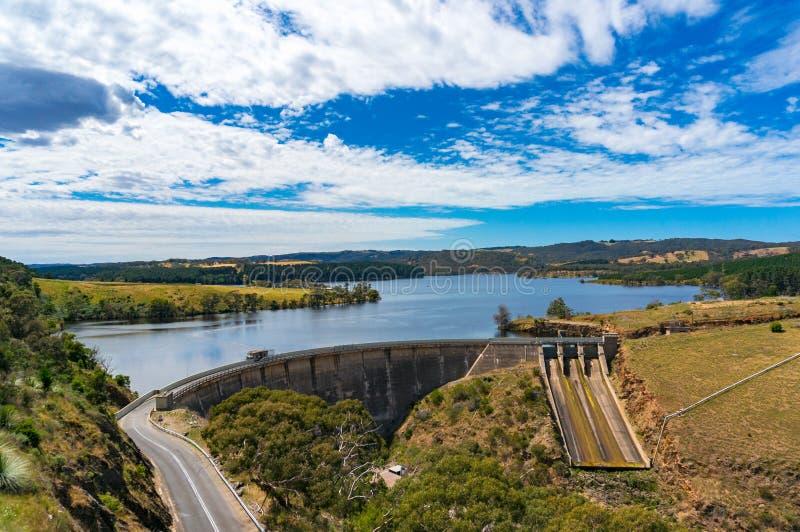 Luchtmening over waterreservoir, dam op zonnige dag stock fotografie