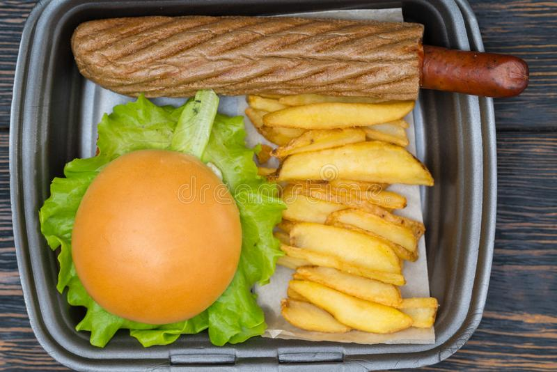 Luchtmening over zwarte container van hamburger stock foto
