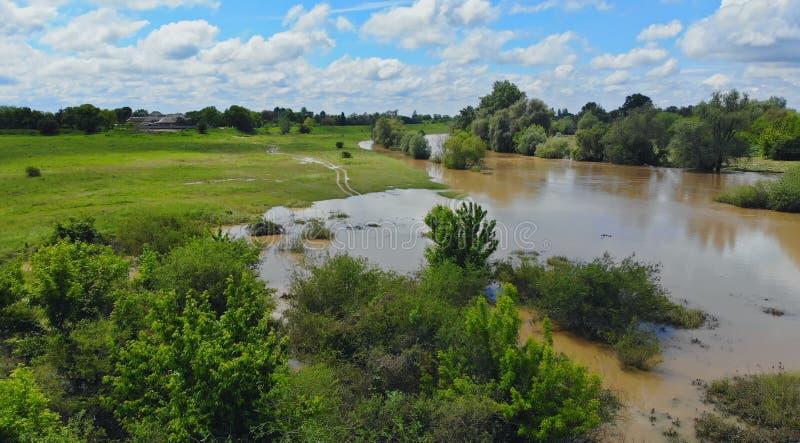 Luchtmening overstroomde bosvlaktes met landweg stock foto