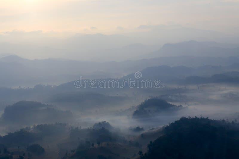 Luchtmening vage bergketendekking door mist bij dageraad in Thail stock fotografie