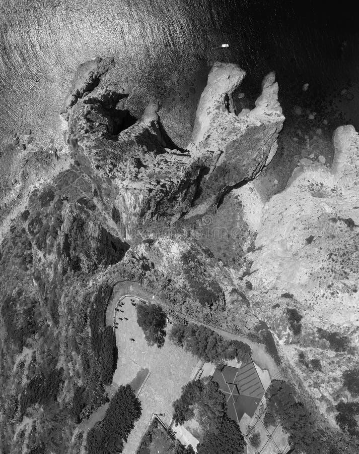 Luchtmening van beautidlkustlijn met bergen en rotsen royalty-vrije stock afbeeldingen
