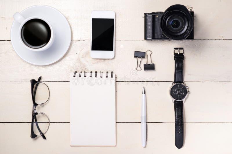 Luchtmening van bedrijfswerkruimte met de hand van smartphone van de zakenmanholding royalty-vrije stock foto