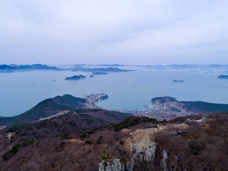 Luchtmening van bergen, eilanden en overzees royalty-vrije stock fotografie