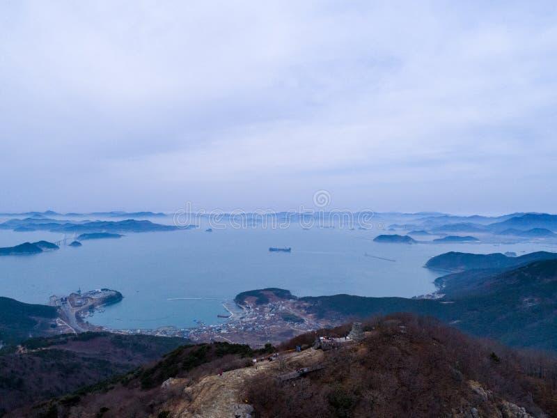 Luchtmening van bergen, eilanden en overzees stock foto