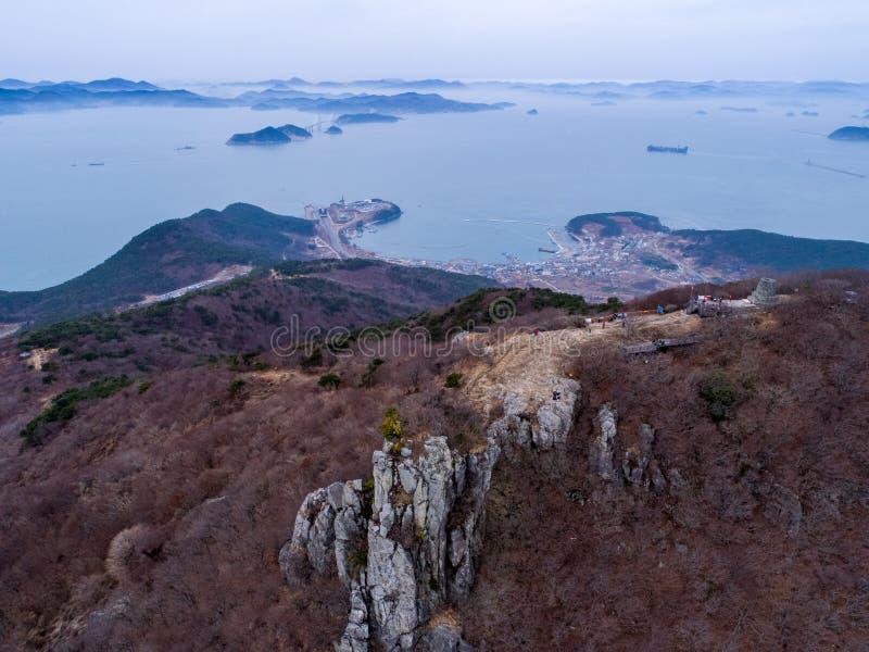 Luchtmening van bergen, eilanden en overzees stock afbeelding