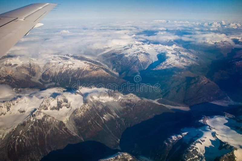 Luchtmening van bergen rond stad van Koning Salmon, Alaska stock foto's