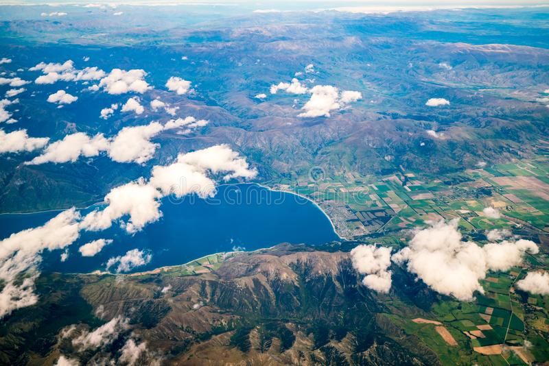 Luchtmening van bergketens en meerlandschap stock afbeelding