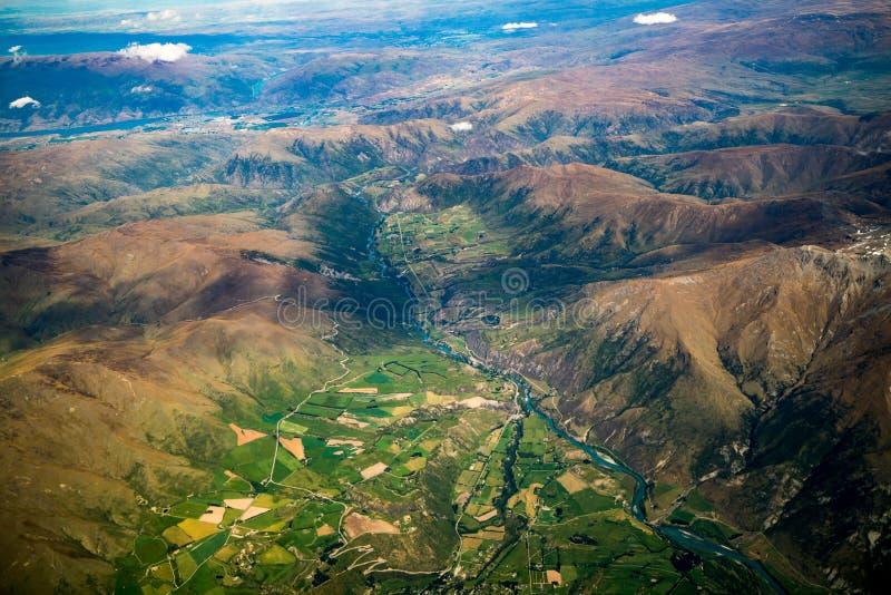 Luchtmening van bergketens en meerlandschap stock foto's
