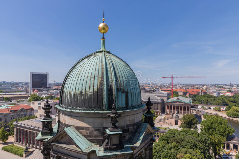 Luchtmening van Berliner Dom over het centrum van de stad Berlijn royalty-vrije stock foto