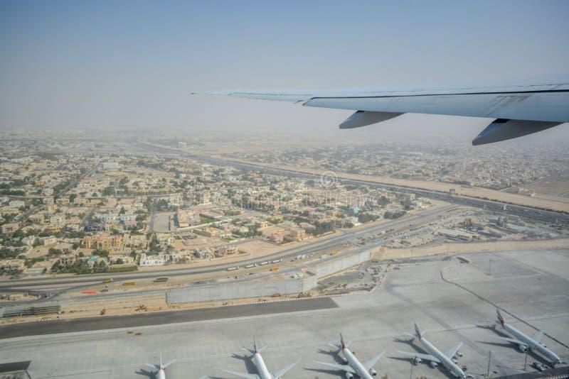 Luchtmening van binnenuit het vliegtuig die over Doubai vliegen stock fotografie