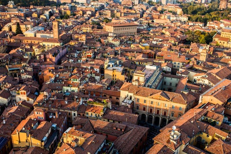 Luchtmening van Bologna, Italië bij zonsondergang Kleurrijke hemel over het historische stadscentrum en de oude gebouwen stock foto's