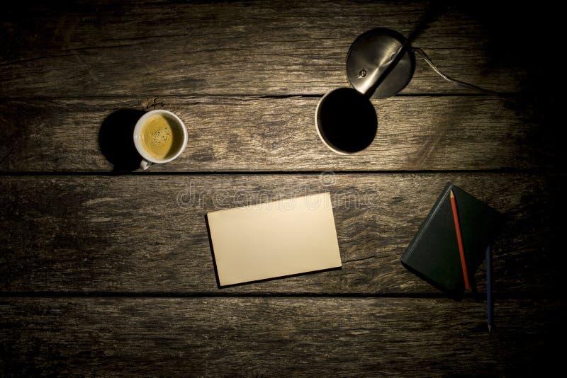 Luchtmening van bureaulamp, koffie, notitieboekje en leeg stuk van stock foto