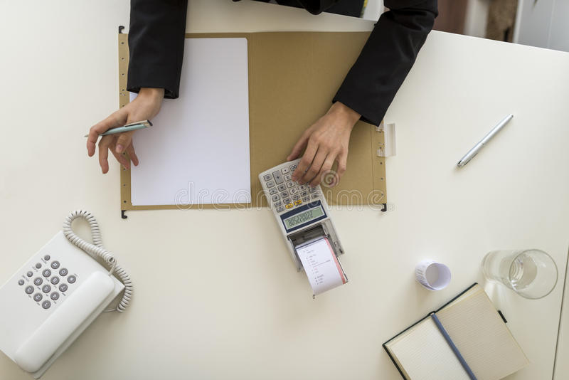 Luchtmening van businessperson die een calculator gebruiken royalty-vrije stock foto