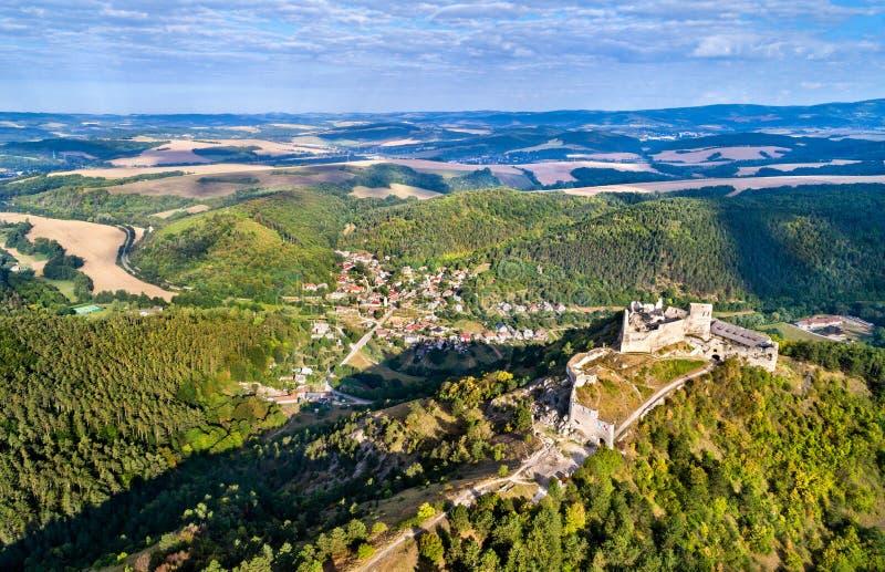 Luchtmening van Cachticky hrad, een geruïneerd kasteel in Slowakije stock foto