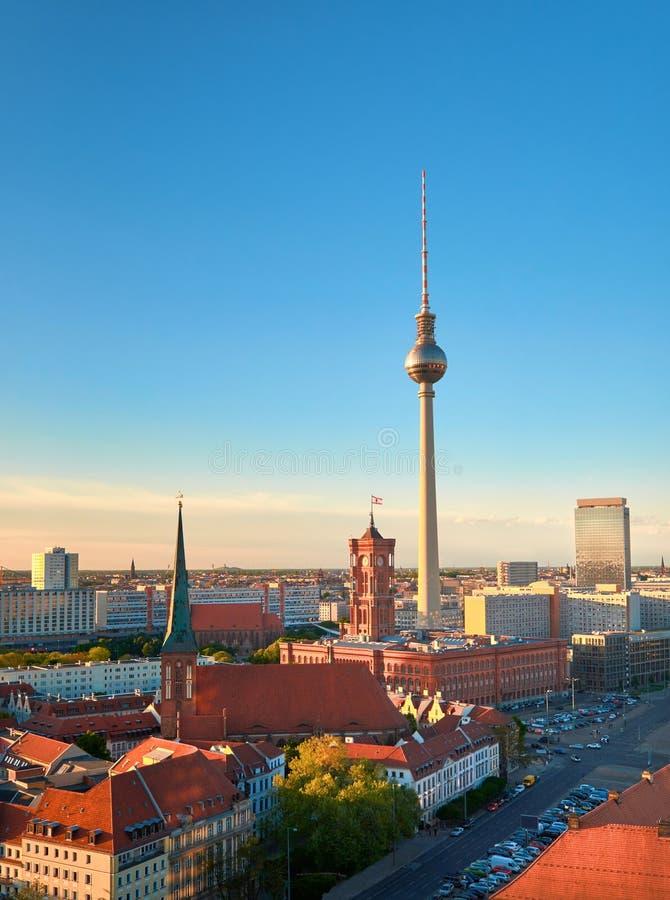 Luchtmening van centraal Berlijn op een heldere dag in de Lente, iand te stock afbeeldingen