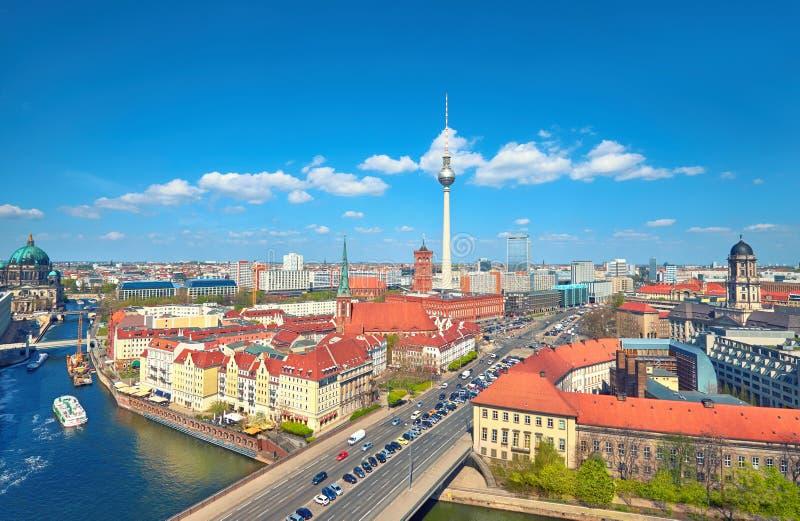 Luchtmening van centraal Berlijn op een heldere dag in de Lente, includi stock fotografie